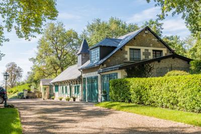 Très beau château 19ème, 5 chambres et salles d'eau, entouré d'un grand parc arboré, maison d'amis, piscine.