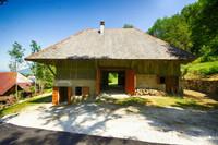 Grange parfaitement proportionnée avec une maison cachée à l'intérieur, à vendre dans le massif des Bauges près d'Annecy