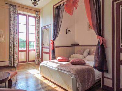 Périgord - Maison Noble / Petit château du début du 19ème siècle offrant une accommodation modulable avec gîte - studio - appartement - chambre d'hôtes -  piscine et mini  camping de 6 places - le tout implanté dans un agréable parc de 1ha.  Périgueux  et tous commerces à distance facile.