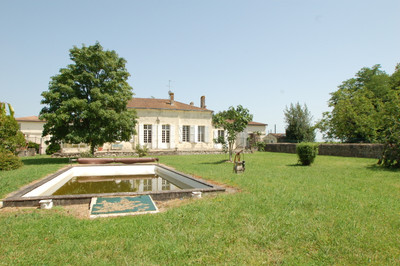 Charming vineyard set in 28 hectares with 22 ha of vine, in the lovely area of Blaye – Côtes de Bordeaux.