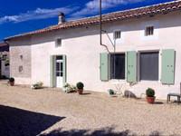 Jolie propriété traditionnelle française avec trois chambres, deux salles de bains, deux salons, un bureau, une grange attenante, un atelier d'artiste séparé et d'agréables jardins.
