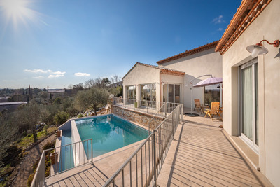 Exceptional architect designed, immaculately finished 4 bed contemporary villa (240 m²) with stunning views, infinity swimming pool and garage on the outskirts of the medieval town of Uzès.