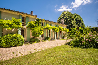 Elegant FARMHOUSE - 6 beds - 5 baths, in a lovely park with swimming pool, independent gite, 2 attached barns!