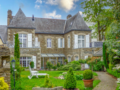 Maison de Maitre, 18th century. Successful Chambre d'hôtes. 6 bedrooms, 5 bathrooms, 2  terraces. Garage. Guaranteed income. With independent apartment, walled garden, CENTRE OF JOSSELIN