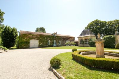 Elégant château du 18ème siècle niché dans la campagne des Deux Sèvres. Rénové avec goût et authenticité