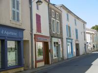 Maison/magasin au centre d'un village médiéval