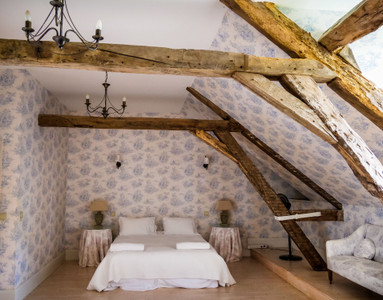 Sumptuous 18th century Manoir, six bedrooms, six bathrooms, pool, barn. Close to beautiful villages.