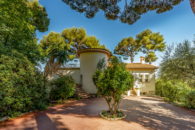 Classic Provençal style 4-bedroom villa of 160m2 with sumptuous sea views, set within beautiful grounds (1278m2) just minutes away from the beach