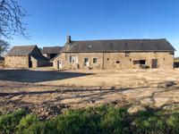 Projet de rénovation : longère et bâtiments en pierre sur 4500m2 de terrain, à 20min de Mayenne.