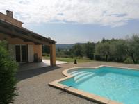 Belle villa traditionnelle située dans un vaste jardin avec piscine et vue panoramique sur les collines.