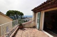 Mougins, vieux village, authentique et spacieuse maison de ville de 5 pièces avec grande terrasse plein sud de 12m2 avec vue sur les collines.