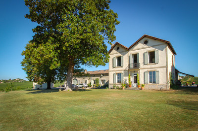 Elegant Country House / Chateau with 7 ha of Bordeaux Superieur vineyard estate