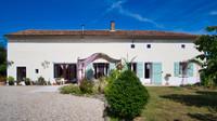Impeccable propriété de village rénovée avec un studio pour télétravail, près de Civray et Ruffec.