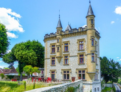 Elegant 19th century castle overlooking the Dordogne, panoramic view of the river and the valley, 5ha park, guest house