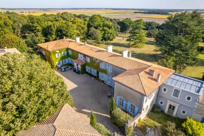 Château du 18eme entièrement rénové avec 10 chambres et un logement de gardien dans un parc clos de 3 hectares