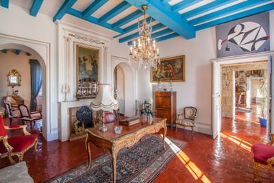 Petit château avec 4 chambres et plusieurs dépendances sur 18 ha de terrain.