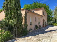 Jolie villa située à un endroit priviligié, sans voisins, un beau jardin et grande piscine. Garage, 2 apparts.