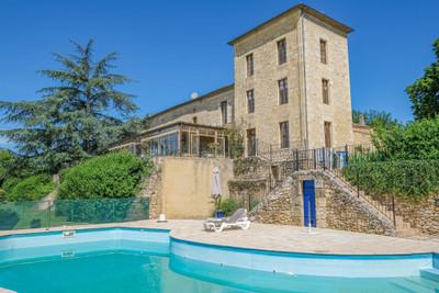 Magnifique Château du 18ème siècle situé dans les environs de St Emilion...1100 M2 Complexe hôtelier et restauration! Clé en main! Position dominante avec vue imprenable - au calme absolu!