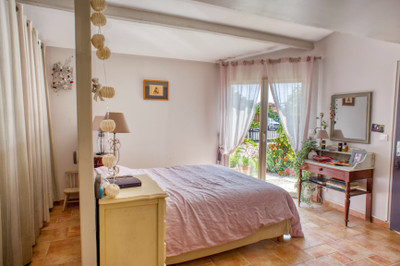 Coastal location for this MAIN HOUSE and GITE all with reduced mobility access, set on a private mature plot. A few steps from the port and near beaches of LE BARCARES.