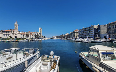 At the fascinating port of Sète with its pretty canals and architecture, close to glorious beaches a stunning loft-style apartment on 2 levels: living room with kitchen, dining room, 7 bedrooms, 2 bath/shower rooms, beautiful south-facing terrace. Fully renovated by craftsmen.
