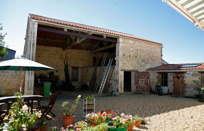 French property for sale in Fontaine-Chalendray, Charente-Maritime - €294,250 - photo 9