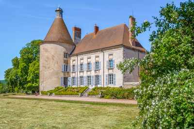 Elegant 16th century castle entirely restored, with outbuildings and 30 ha of land.